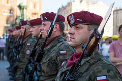 Polnische Soldaten auf Schutz der Zeremonie ist das Versprechen von ersten Klassen der Highschool Jan.s III Sobieski Lizenzfreie Stockbilder