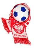 Polnische Symbole des Fußballs: Gebläse Schal und Fußball Lizenzfreie Stockfotografie