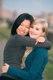Polnische und chinesische Frau im Park lizenzfreie stockbilder