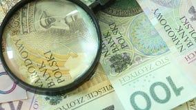 Polnische Zlotybanknoten mit Vergrößerungs-glas Volles HD 1080p stock footage