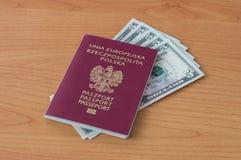 Polnischer biometrischer Pass mit fünf Dollar Banknoten Stockfoto