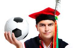 Polnischer Mann in einer traditionellen Ausstattung mit Fußball Stockfoto