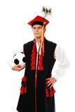 Polnischer Mann in einer traditionellen Ausstattung mit Fußball Lizenzfreies Stockfoto