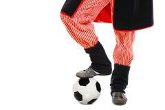 Polnischer Mann in einer traditionellen Ausstattung mit Fußball Lizenzfreie Stockbilder