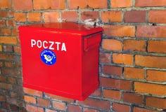 Polnischer roter Briefkasten des Beitrags (Poczta Polska) lizenzfreie stockbilder