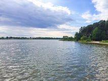 Polnischer See mit einem Strand stockbild