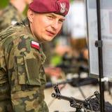 Polnischer Soldat während der Demonstration des Militärs und der Rettungsausrüstung Stockfotos