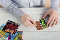 Polnisches scratchcard Lotterie der Mannkratzer Lizenzfreie Stockfotografie