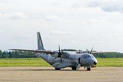 Polnisches Transportflugzeug der Luftwaffe CASEN C-295M. Stockfotos