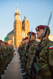 Polnischmilitär in den historischen Kostümen während der Zeremonie ist das Versprechen von ersten Klassen der Highschool Jan.s II Stockbild