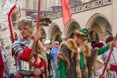 Polnischmilitär in den historischen Kostümen während der Zeremonie ist das Versprechen von ersten Klassen der Highschool Jan.s II Stockfotografie