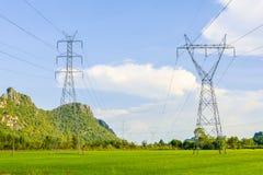 Polo bonde de alta tensão do stati da distribuição da eletricidade foto de stock