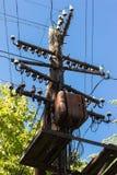Polo bonde de madeira velho, linha de eletricidade Imagens de Stock