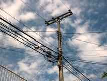 Polo com fios e cabos, poluição do visual urbano imagens de stock royalty free