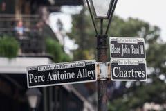 Polo com rua assina dentro o bairro francês, Nova Orleães, Louisiana Imagem de Stock