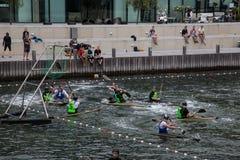 Polo d'eau sur des kayaks Photos libres de droits