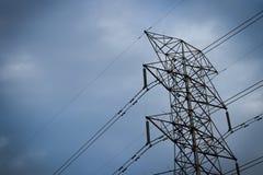 Polo da alta tensão, linha de transmissão da eletricidade Fotografia de Stock Royalty Free