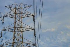 Polo da alta tensão, linha de transmissão da eletricidade Imagens de Stock Royalty Free