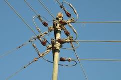 Polo da distribuição com os cabos que conduzem em sentidos diferentes foto de stock royalty free