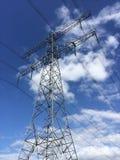 Polo da eletricidade em céus azuis claros Fotos de Stock Royalty Free