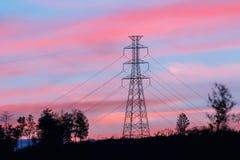 Polo de alto voltaje con crepúsculo Foto de archivo