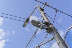 Polo de la electricidad y cableado complicado de la luz de calle en el farol con el fondo del cielo imagenes de archivo
