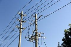 Polo de la energía eléctrica con las líneas de transmisión de poder de la electricidad imagenes de archivo