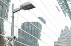 Polo de la lámpara de la cámara de seguridad del CCTV en la ciudad Fotografía de archivo
