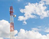 Polo de la torre de las telecomunicaciones Foto de archivo libre de regalías