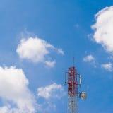 Polo de la torre de las telecomunicaciones y cielo azul Imagen de archivo libre de regalías