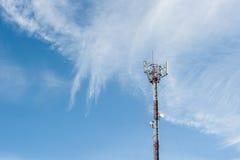 Polo de las telecomunicaciones con la nube agradable Imágenes de archivo libres de regalías