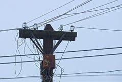Polo de madeira cinzento velho e fios elétricos contra o céu fotografia de stock royalty free