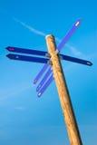 Polo de madeira com setas do sentido Foto de Stock
