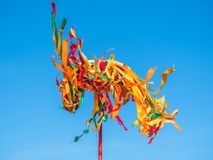 Polo de madeira festivo para a escalada em Maslenitsa Fitas brilhantes que vibram no vento Imagem de Stock