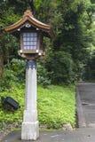 Polo de madera japonés de la linterna y de la piedra en Meiji Jingu Shrine, str Foto de archivo libre de regalías