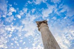 Polo de pedra das ruínas que aponta ao céu azul Imagens de Stock
