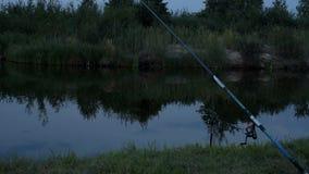 Polo de pesca na noite video estoque
