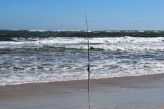 Polo de pesca no fundo da praia do oceano imagem de stock