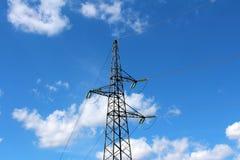 Polo de serviço público da linha elétrica elétrica com os fios elétricos múltiplos conectados com os isoladores de vidro na frent foto de stock royalty free