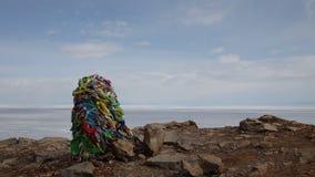 Polo del chamán en un lugar sagrado en el lago Baikal almacen de video