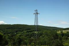 Polo del hierro de la comunicación en la montaña fotos de archivo