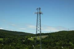 Polo del hierro de la comunicación en la montaña imagen de archivo