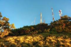 Polo del transmisor en la parte superior de la montaña de Bromo imagenes de archivo