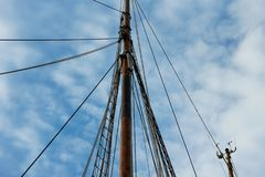 Polo do navio sob o céu imagem de stock