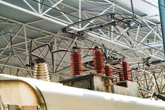Polo do trole do trem bonde sistema railway de alta velocidade da eletrificação Fio aéreo do cabo sobre o ferrovia Linhas eléctri Imagens de Stock Royalty Free