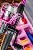 Polo e equipamento de pesca no rosa Foto de Stock
