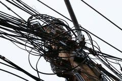 Polo e fios elétricos em um fundo do céu fotos de stock