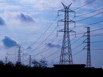 Polo eléctrico de alto voltaje aislado en fondo del cielo azul fotos de archivo