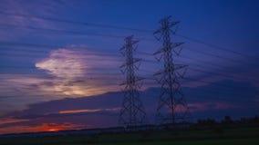 Polo eléctrico, torres de alto voltaje y puesta del sol 4K, día del cielo a la noche, Timelapse metrajes