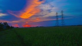 Polo eléctrico, torres de alto voltaje y puesta del sol 4K, día del cielo a la noche, Timelapse almacen de metraje de vídeo